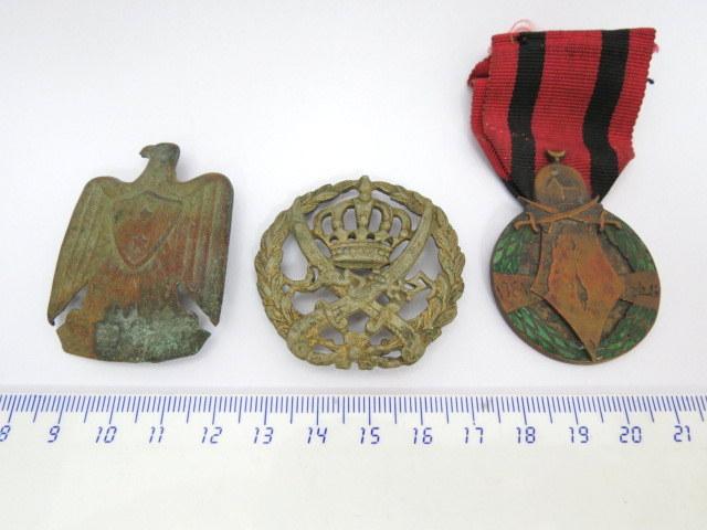 """שלושה סמלים: סמל כומתה, צבא ירדן, כנ""""ל צבא סוריה, ואות צבא , ירדן מלחמת השחרור"""