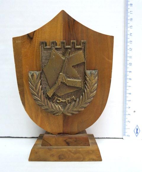 """פלק -סמל של האצ""""ל, ברונזה על בסיס מגן, מעץ זית, תוצרת א. קליין"""