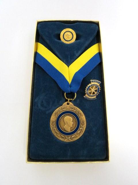 אות של Rotary: סרט עם מדליה סיכת כפתור רגילה וסיכת כפתור נשיא לשעבר
