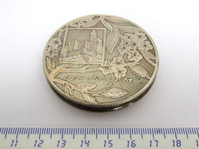 """קופסת כסף 833 לפודרה, על המכסה צריבה, מראה מגדל דוד, פרחי הרדוף וכיתוב """"Jerusalem"""", א""""י תקופת המנדט"""