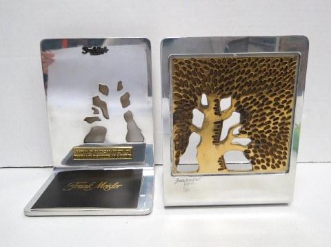 זוג מחזיקי ספרים בעיצובו של פרנק מייסלר, עם סמל מכון ויצמן, וכן כיתוב, כולל תעודה חתומה של האמן