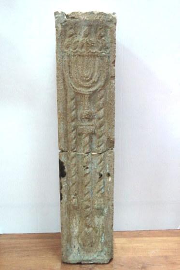 """עמוד קישוט קטן עם תבליט מנורה מאחד מראשוני הבתים של תל-אביב, שנות העשרה, גובה 72 ס""""מ"""