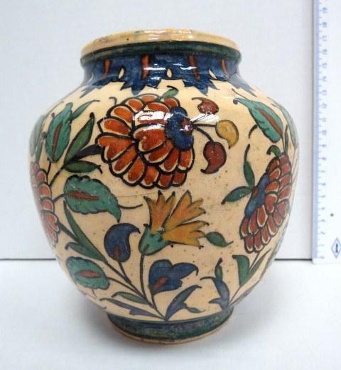 אגרטל קרמיקה ארמני, חתום Palestine תקופת המנדט, ציורי פרחים (פגמי יצור, חלקי גלזורה חסרים)