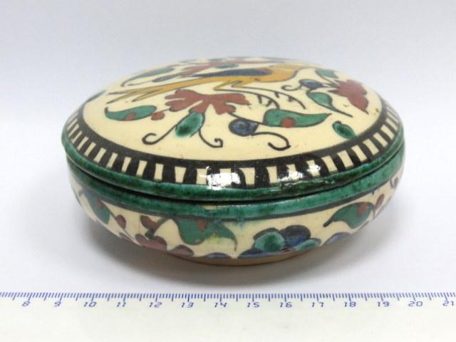 """קופסת קרמיקה ארמנית, עם ציור ציפור ופרחים, חתום Palestine, קוטר 11.5 ס""""מ, גובה 5.5 ס""""מ"""