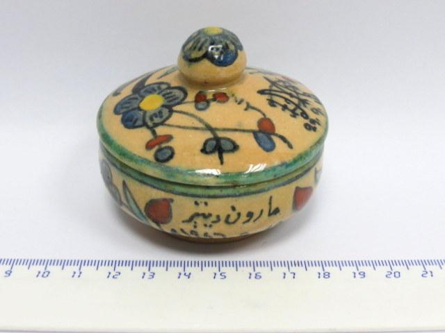 """קופסת קרמיקה ארמנית קטנה עם כיתוב בערבית ותיארוך 29.9.46, קוטר 6.7 ס""""מ, גובה 5 ס""""מ"""