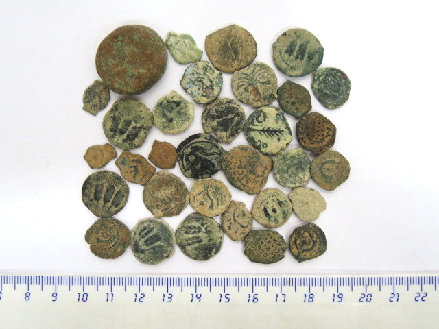 לוט של 32 מטבעות ברונזה ארץ ישראל, תקופת בית שני, כולל: חשמונאים, בית הורדוס ונציבים רומיים