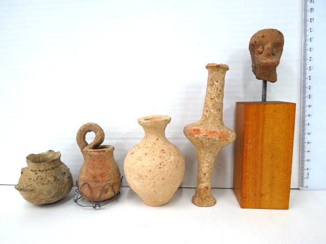 חמישה פריטי קרמיקה, תקופה כנענית (תקופת הברונזה): ארבע פנכות, וראש צלמית