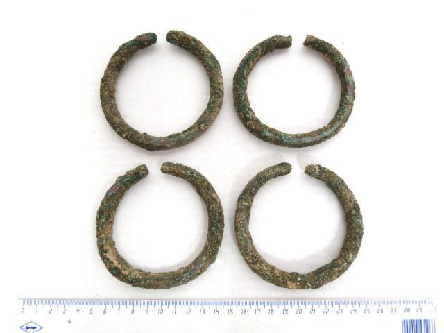 """ארבעה צמידי ברונזה תקופת הברונזה המאוחרת, 1500-1200 לפנה""""ס (שימשו כאמצעי תשלום)"""