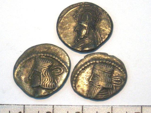 """שלושה מטבעות כסף פרסיים מאה 2-3 לפנה""""ס, דיוקן ארסקס"""
