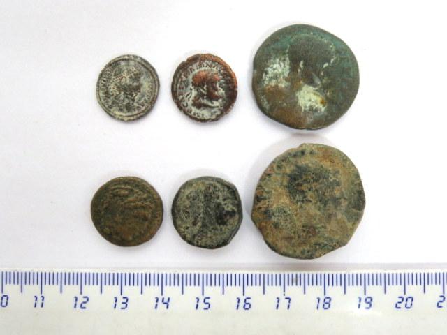 שש מטבעות ברונזה הלניסטיות ורומיות, כולל בית תלמיי