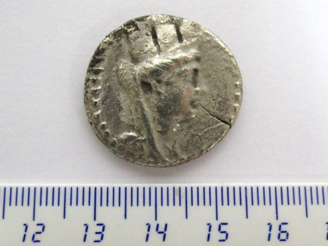 מטבע כסף פניקי, די דרכמה מהעיר Aradus, פנים: האלה אתונה, גב: האלה ארצוס
