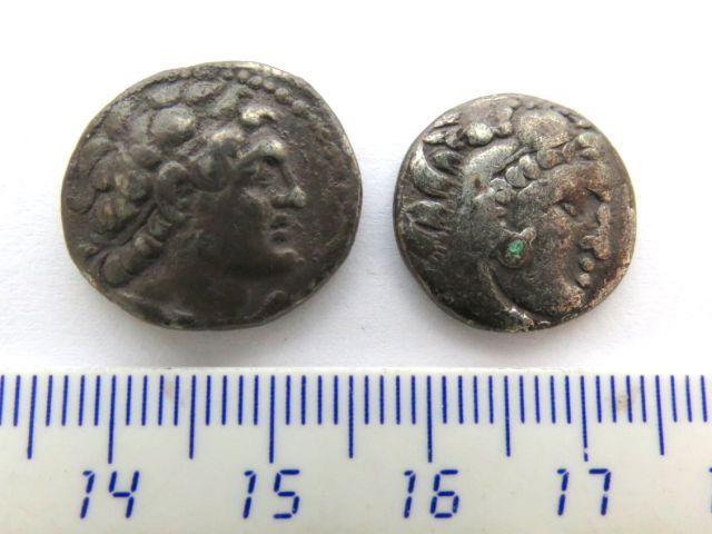 שני מטבעות כסף הלניסטיות די דרכמה סלווקית- אנטיוכוס ה-4, דרכמה, אלכסנדר הגדול