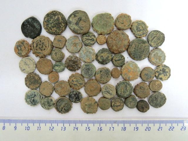 """לוט חמישים מטבעות ברונזה סלווקיים, אנטיוכיה, מאה שלישית עד ראשונה לפנה""""ס, מצבים שונים, לא טופלו או נוקו"""