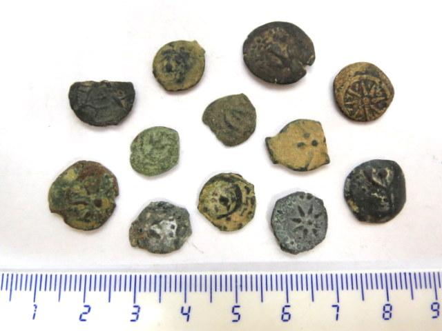 """אחת עשרה מטבעות ברונזה, פרוטות תקופת החשמונאים, מאה שניה-ראשונה לפנה""""ס"""