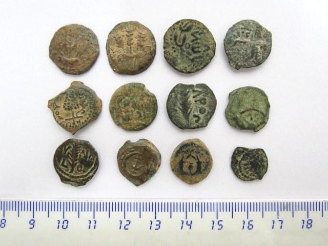 לוט 12 מטבעות ברונזה יהודיות פרוטות, חשמונאים, בית הורדוס ונציבים רומים