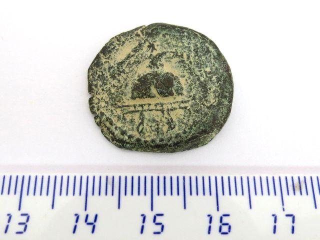 """מטבע ברונזה, שלטון הורדוס הגדול 37 לפנה""""ס עד 4 לספירה, פנים: תלת רגל עם לבס (קערת פולחן), גב: מקטיר"""