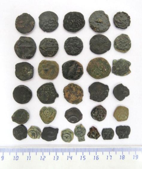 33 מטבעות-פרוטות ברונזה יהודיות תקופת החשמונאים, בית הורדוס ונציבים רומים