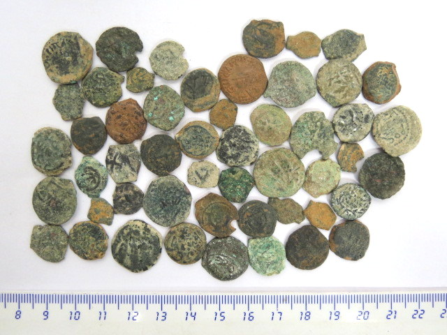 לוט 50 מטבעות פרוטות ברונזה יהודיות תקופת החשמונאים, הורדוס ונציבים רומים, מצבים שונים, לא טופלו או נוקו