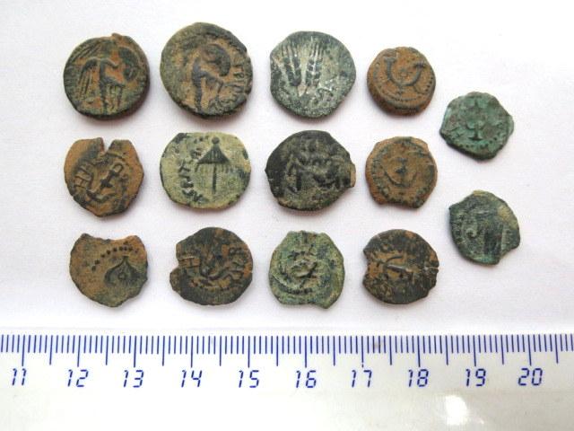 לוט 14 מטבעות פרוטות ברונזה יהודיות תקופת החשמונאים, הורדוס ופונטיוס פילאטוס (1)