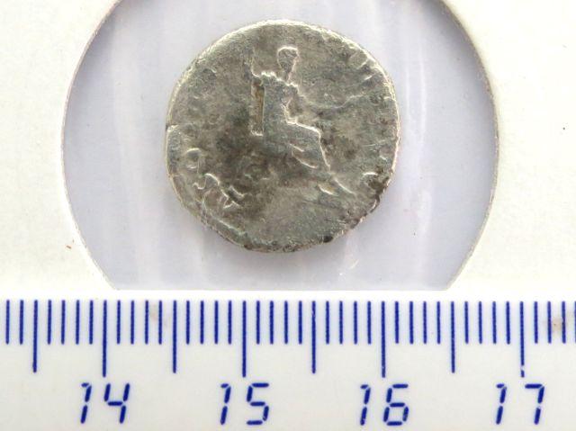 """מטבע כסף ע""""ס דינר,שלטון וספסיאנוס 69-79 לספירה, פנים: דיוקן הקיסר, גב: הקיסר בישיבה, מצב Fine"""