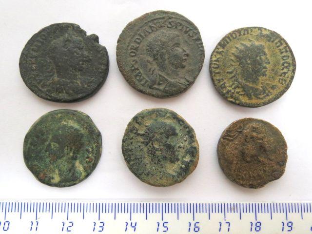 שש מטבעות ברונזה רומיות גדולות, ערים: קיסריה (2), אנטיוכיה (2), ספרד ובלקן