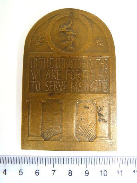 פלק ברונזה תוצ Medalic Art NY עיצוב Louis Rosenthal 1939, עם כיתוב: In the union of faith we are fortified to serve mankind""