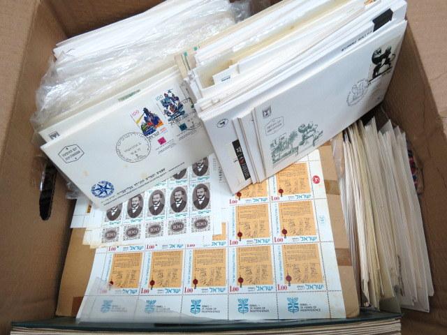 ארגז עם חומר פילאטלי ישראלי כולל מעטפות יום הופעת הבול וכו'