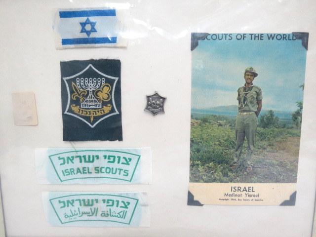 """לוט פריטי """"צופי ישראל"""" הכולל: גלויה, תג, סיכה וזוג תגי כתף, הסיכה בעיצובו של זאב רבן"""