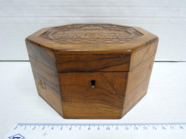 """קופסת עץ זית, צורה מתומנת עם גילוף מראה כיפת הסלע, וכיתוב:""""Jerusalem"""""""