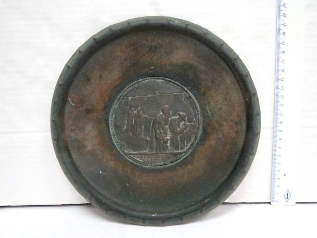 """צלחת קישוט עשויה נחושת עם פלק, מראה הכותל ע""""פ עיצוב של זאב רבן, ארץ ישראל, תקופת המנדט"""