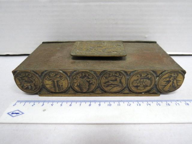 קופסת ברונזה, תוצ' פל-בל, ישראל עם תבליטים, סמלי שנים עשר השבטים, ידית-מכסה עם מפת ארץ ישראל
