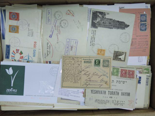 """ארגז קרטון עם מעטפות יום ראשון ו""""שנשלחו בדואר"""""""