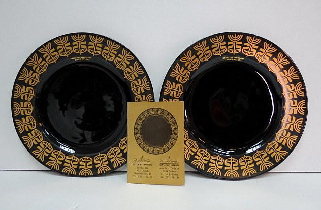 """שתי צלחות פורצלן תוצ Rosenthal עם כיתוב: """"25 למדינת ישראל"""", הזהבה ע""""ג שחור, חתומים"""