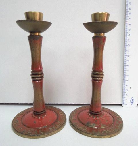 """זוג פמוטי שבת עשויים ברונזה תוצ' פל-בל, ישראל, שנות ה50, גוון אדום, עם כיתוב: """"זכור את יום השבת לקדשו"""""""
