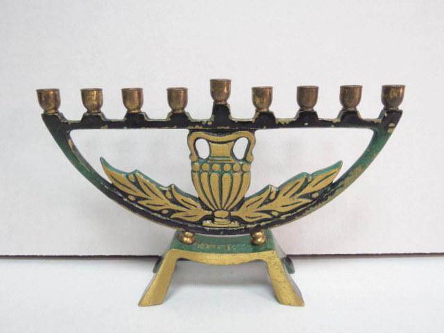 חנוכיה צורת מנורה לנרות בסיס עם תבליט כד שמן וענפי זית