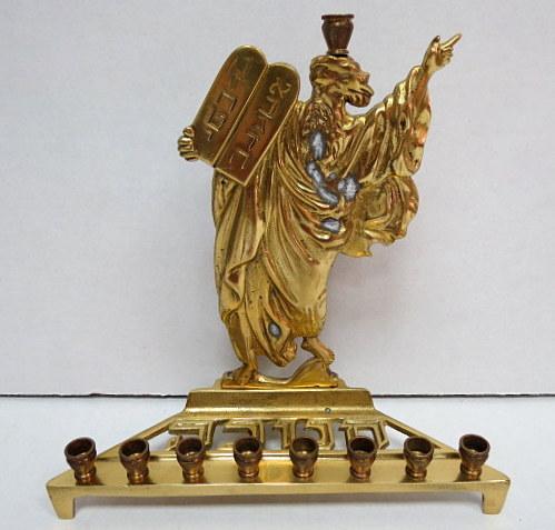 חנוכית פליז לנרות, גב צורת משה עם לוחות הברית, תוצ תמר, ישראל, שנות ה60