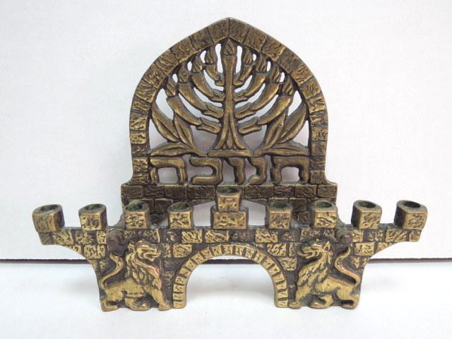 חנוכית גב לנרות, תוצ' חן חולון צורת שער האריות, ישראל, שנות ה60