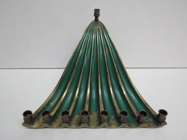 חנוכיה עשויה פליז עם לקה ירוקה צורת מפל מים, לנרות, פגמים קלים