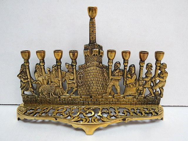 """חנוכית פליז לנרות, בסיס עם מראה מגדל דוד וכן ארבעה מכבים וארבעה """"ישראלים"""", כ""""א מחזיק בזיך לנר, על הבסיס כיתוב: """"Jerusalem"""""""
