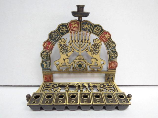 """חנוכית פליז לשמן, ישראל, שנות ה50 מצב מינט, גב עם סמלי 12 השבטים, אריות מחזיקים מנורה וכיתוב: """"חנוכה"""""""