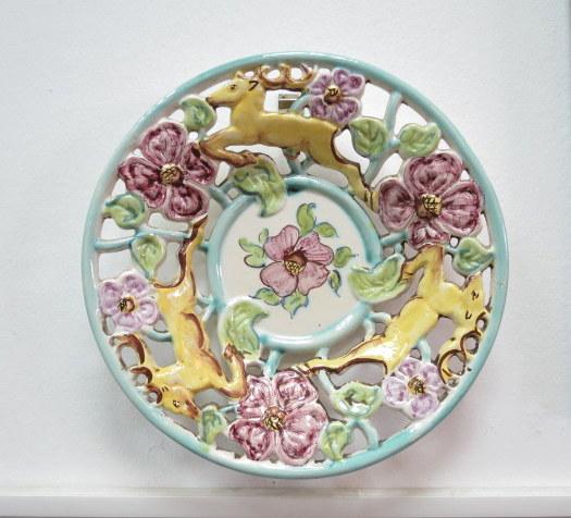 """צלחת קרמיקה עם עבודת תבליט איילות ופרחים, צבועה ביד, ישראל, שנות ה50, קוטר 28.5 ס""""מ"""