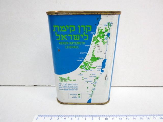 """קופת קק""""ל """"נגב של צמיחה"""" הקופסה עשויה פח עם מפת יערות הקק""""ל, פיתוח הנגב, ומאגרי המים (כתמי חלודה ומכות)"""