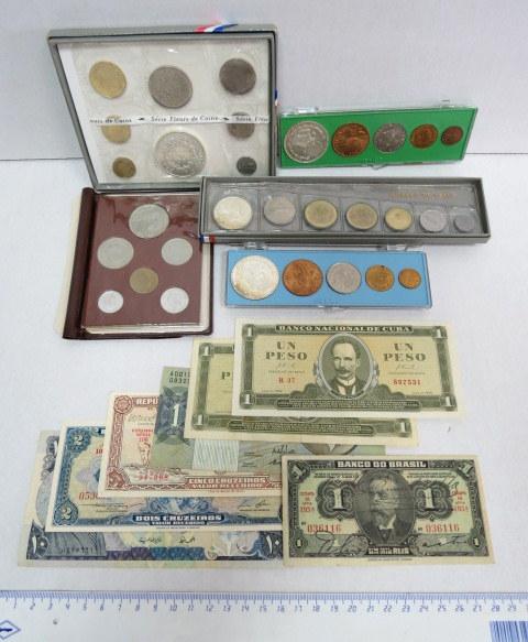לוט שטרות ומטבעות כל העולם כולל: שבעה שטרות, ו-5 סטים של מטבעות