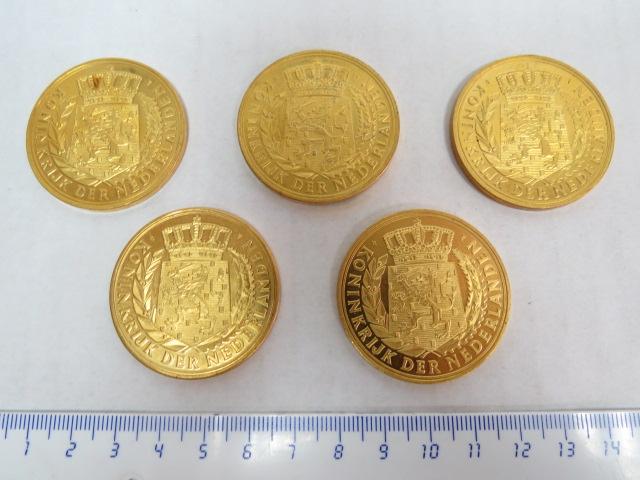 חמש מדליות מזכרת מוזהבות של מלכות הולנד, עם דיוקנאות גיבורי תרבות: Vondel, Rembrandt, Ryster, Leeuwenhoek, Van Gogh
