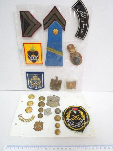"""לוט סמלים, תגיות וכפתורים של יחי' צבאות ערב: מצרים, ירדן, הרשות הפלשתינאית וכו', ס""""ה 25 פריטים"""