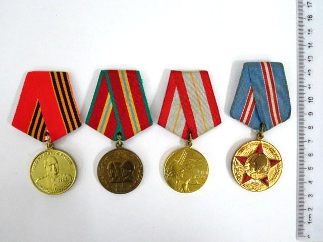"""ארבע מדליות של צבא בריה""""מ: זכרון יסוד הצבא האדום, 50, 60, 70 שנה, 100 להולדתו של גנרל צ'וקוב, כ""""א עם תעודה"""