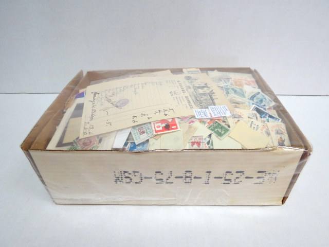 """קופסה עם בולי כל העולם לא ממויינת, בעיקר משומשים, משקל הקופסה 1.8 ק""""ג"""