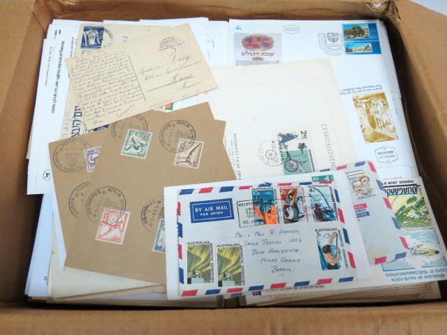 ארגז קרטון עם מעטפות יום הופעת הבול ושנשלחו בדואר, כל העולם