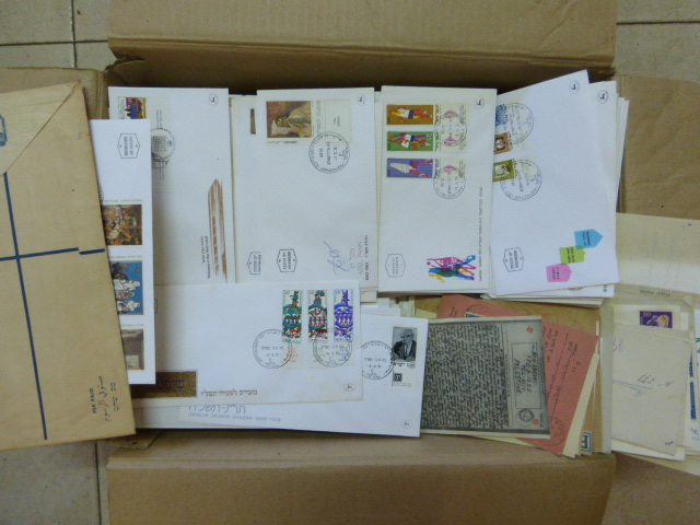 ארגז עם מעטפות יום הופעת הבול וגם דואר נשלח, כל העולם