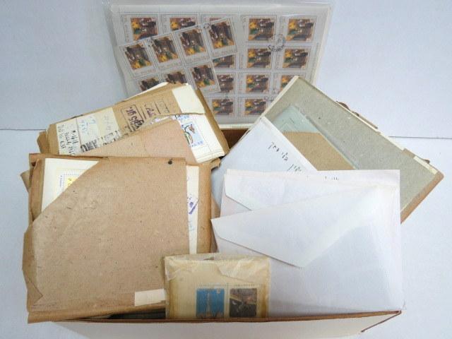 """לוט ענק של בולים וגליונות מפולין בקופסה, משקל 4.35 ק""""ג"""